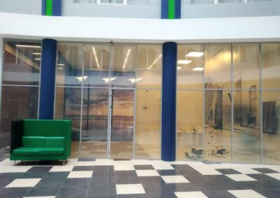 Уставнленое смарт стекло в офисе Мегафона спб